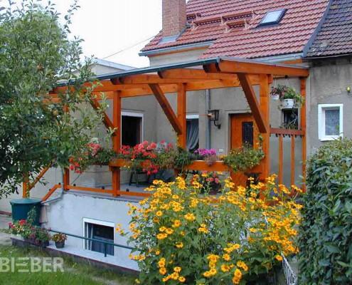 Balkonüberdachung aus Polycarbonat und Balkongeländer mit ESG-Füllungen