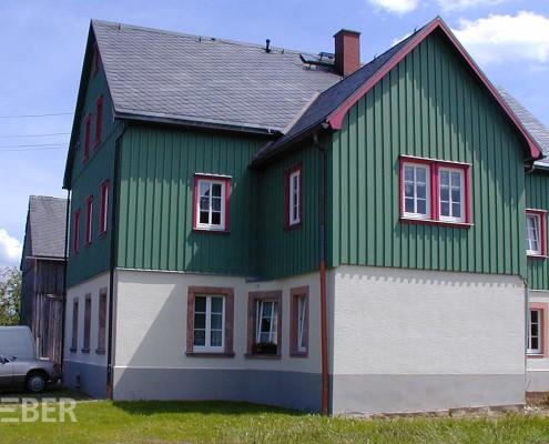 Außenverkleidung aus Massivholz, bestehend aus Brettern und Deckleisten, Fenstereinfassungen, Ortbretter (WIndbrett) am Giebel, Oberfläche Wetterschutzfarbe Projekt: Striegistal