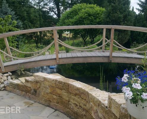 Brücke aus Massivholz Lärche, Geländer mit Seil (Tau) Projekt: Rossau