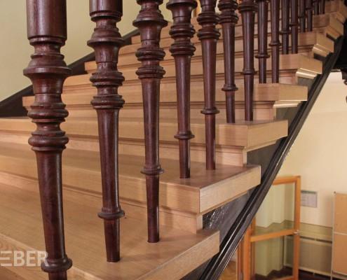 Restaurierung Treppen und Geländer, Stufen mit Massivholz Eiche belegt, gedrechselte Geländerstäbe, Gründerzeit, Projekt: Leipzig