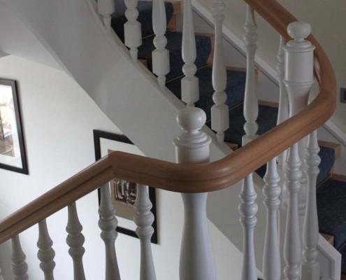 Umarbeitung und Sanierung von Treppen und Geländern, Neuanfertigung Handlauf Buche mit Krümmlingen, Geländerstäbe gedrechselt, Oberflächen teils natur, teils weiß lackiert