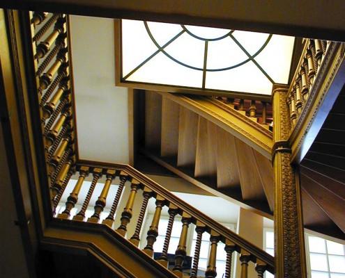 Treppen in Eiche Massivholz, Mittelsäule und Balluster geschnitzt, gedrechselte Säulen, Projekt: Moskau