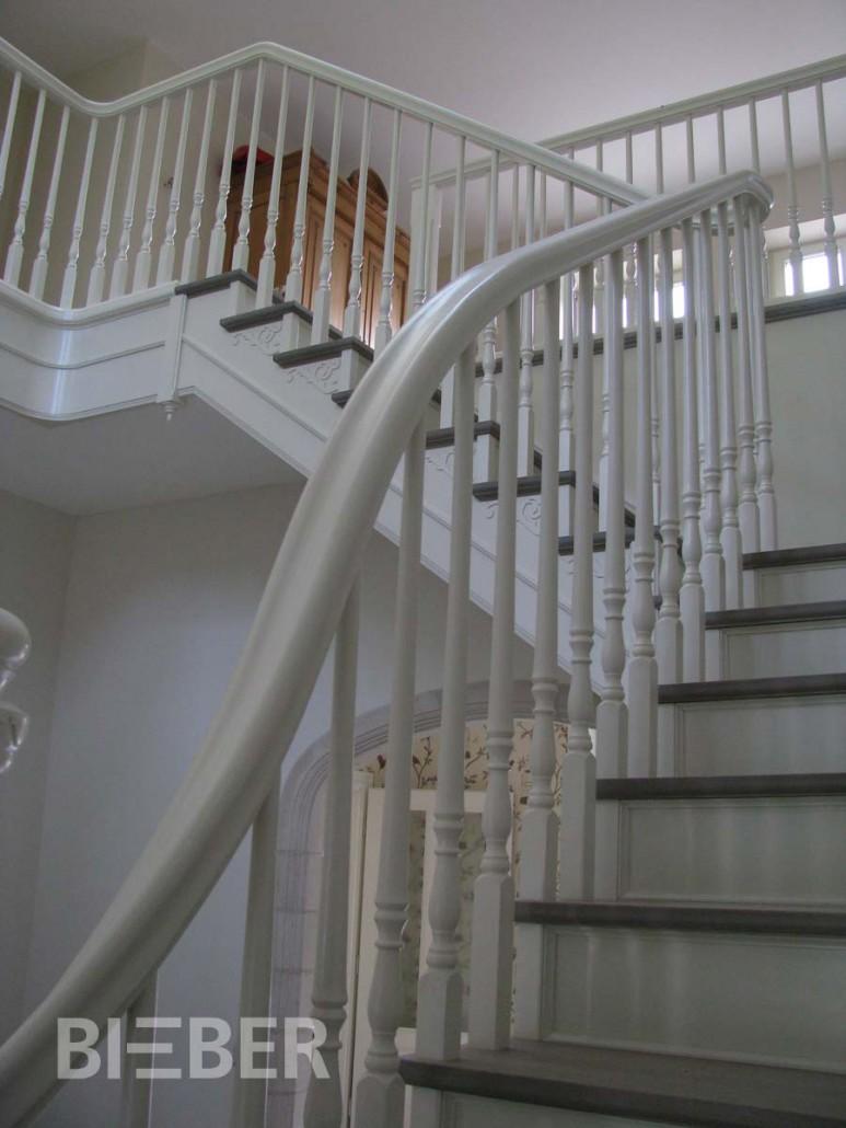 Podesttreppe, Stufen grau gebeizt und geölt, Wangen deckend weiß lackiert, gedrechselte Geländerstäbe, Handlaufkrümmling