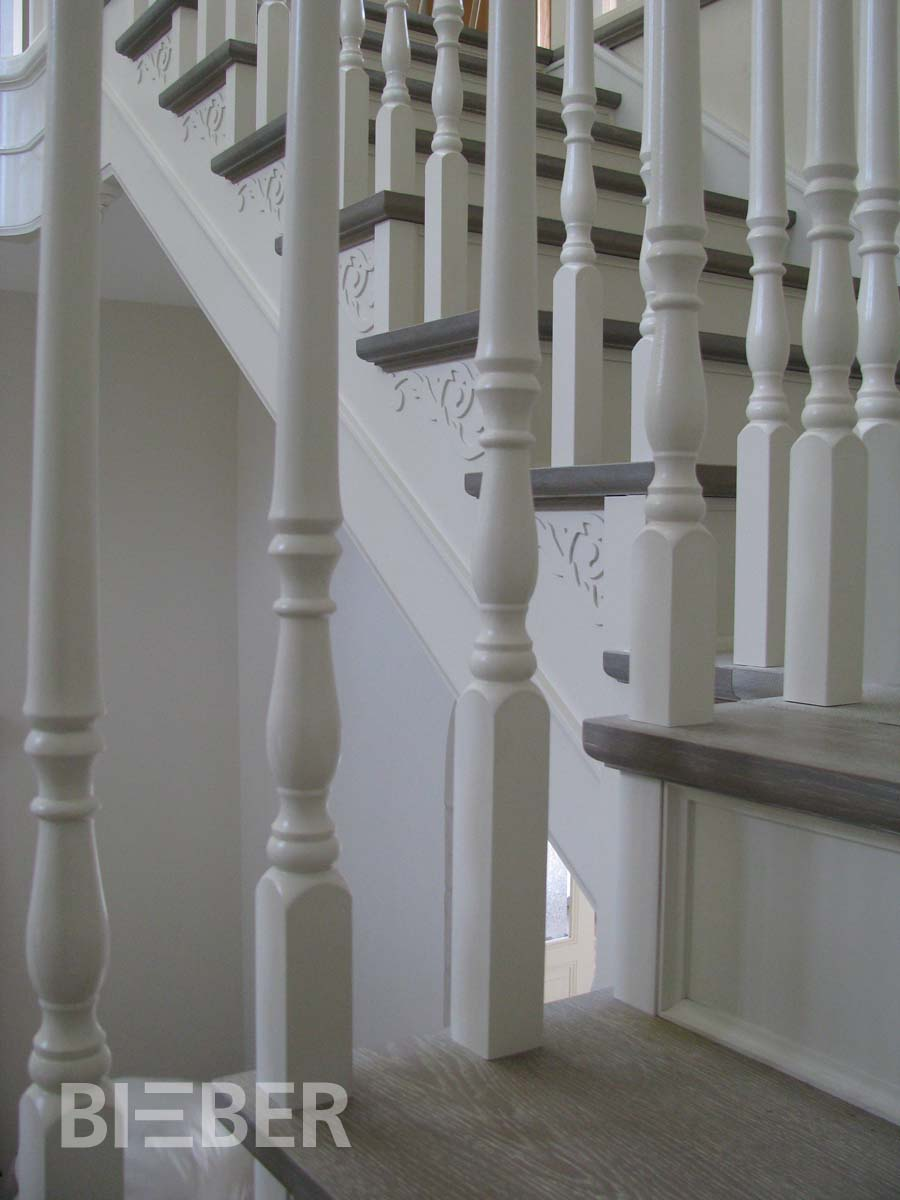 Detail Treppe, Geländerstäbe gedrechselt weiß, auf Stufen befestigt