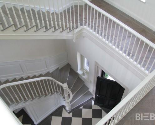 Treppenhaus mehrläufige Treppen, Wandverkleidungen und Galerie, Geländer mit gedrechselten Stäben, weiß lackiert, Stufen gebeizt und geölt