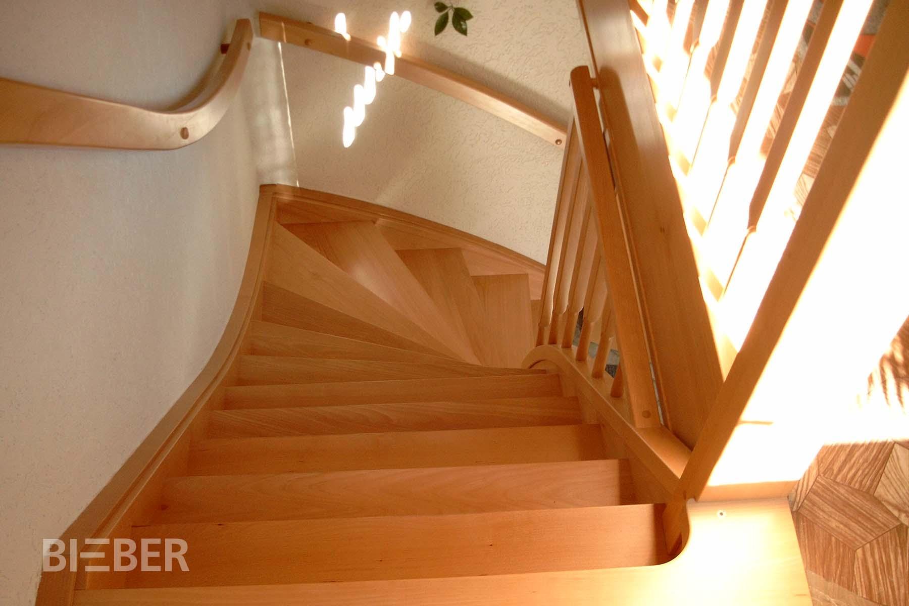 Viertelgewendelte Massivholztreppe in Buche ohne Setzstufen, mit Wandhandlauf, Geländer Rechteckstäbe mit angedrehten Zapfen, Projekt: Hainichen