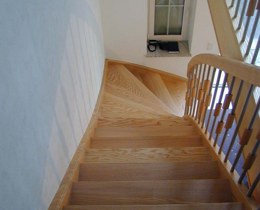 Viertelgewendelte Treppe Massivholz Esche, Geländerstäbe Holz-Edelstahl-Kombination, Projekt: Sachsenburg