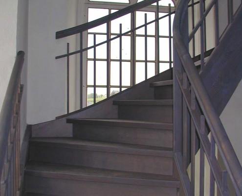 Denkmalgerechter Nachbau Treppen und Geländer Dorfkirche Greifendorf, Stufen und Wangen Massivholz Esche, mit Setzstufen, Stabgeländer, stehender Krümmling (Wange und Geländer), Oberflächen grau gebeizt