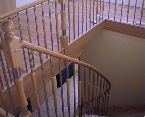 Bolzentreppe viertelgewendelt, Stufen und Handlauf Buche Massivholz, Geländerstäbe Holz-Edelstahl-Kombination