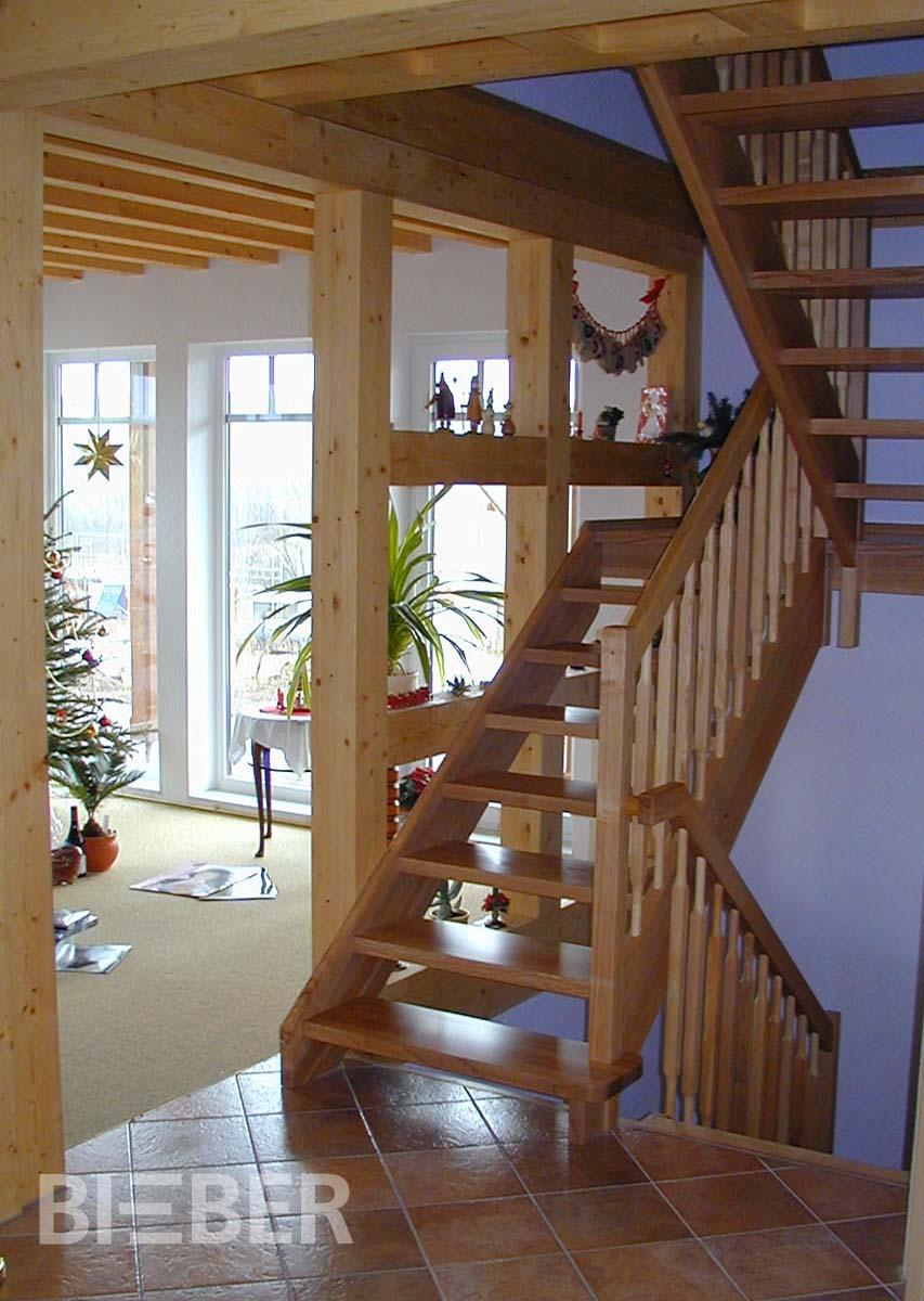 Geradläufige Treppe mit Podest, Massivholz Esche, ohne Setzstufen, Geländer Rechteckstäbe mit angedrechselten Zapfen