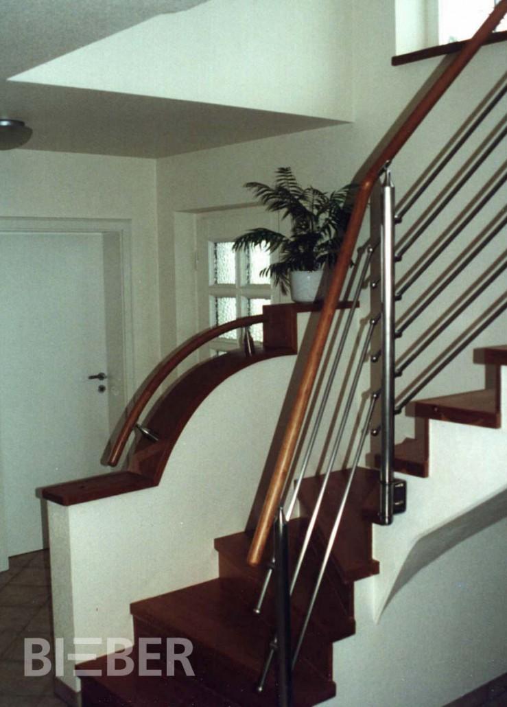 Betontreppe belegt mit Stufen und Setzstufen in amerikanischem Kirschbaum, Geländer mit Rundhandlauf und Edelstahlfüllung