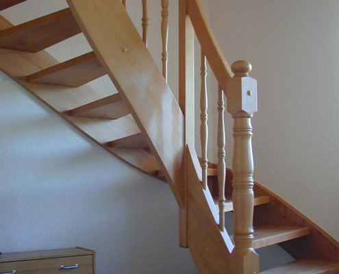 Halbgewendelte Treppe in Buche Massivholz, gedrechselte Stäbe und Antrittssäule, ohne Setzstufen, Antrittstufe gerundet