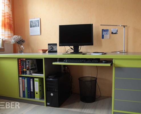 Schreibtisch, Büromöbel aus Dekorplatte apfelgrün und grau, Tastatur Auszug, z.T. abschließbare Schubkästen, Projekt: Striegistal