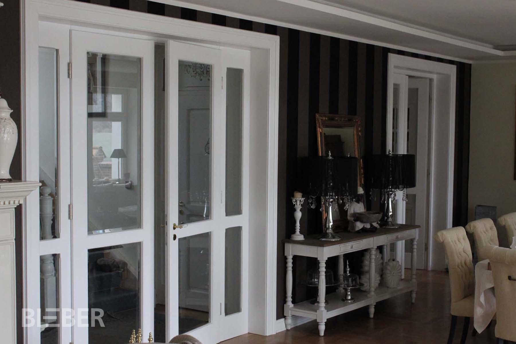 Zweiflügelige Innentür, geteilt, Massivholz deckend weiß lackiert, Verglasung mit Facettenschliff