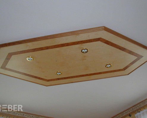 Deckenelement Ahorn Furnier, mit integrierter Beleuchtung, Intarsien aus Kork, Projekt: Striegistal