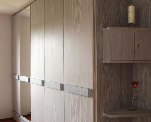 Einbauschrank, Kleiderschrank (Schlafzimmer), Massivholz Douglasie gebeizt und gekälkt, je 2 Türen mit Schiebe-Klapp-Funktion, Schubkästen, Spiegel innen und außen, Eckregal Projekt: Striegistal