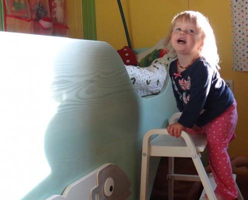 Kinderbett Massivholz Fichte gebeizt, mit Applikation