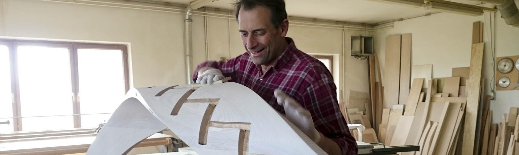 Gunter Bieber bearbeitet einen Wangenkrümmling