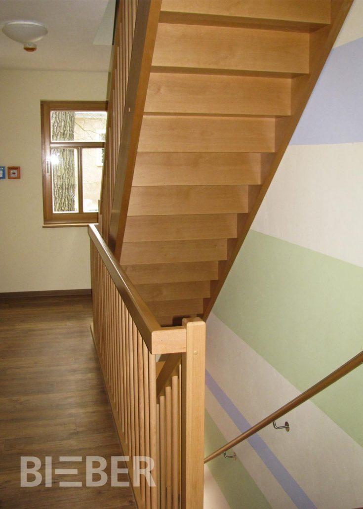 Gerade Treppe Massivholz Buche mit Setzstufen, Geländer mit geraden Stäben, Projekt: Hainichen