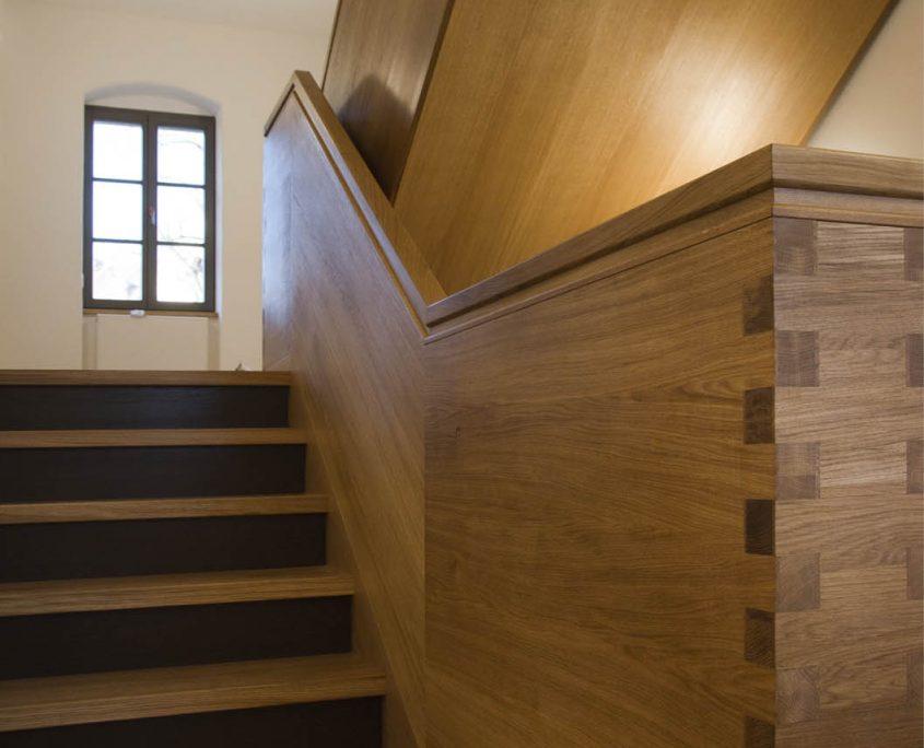 Treppenanlage Massivholz Eiche, mehrläufige Podesttreppe, Geländer als Wangengeländer mit Zinkenverbindung (Fingerzinken), Unterseiten verkleidet, Projekt: Kloster Wechselburg