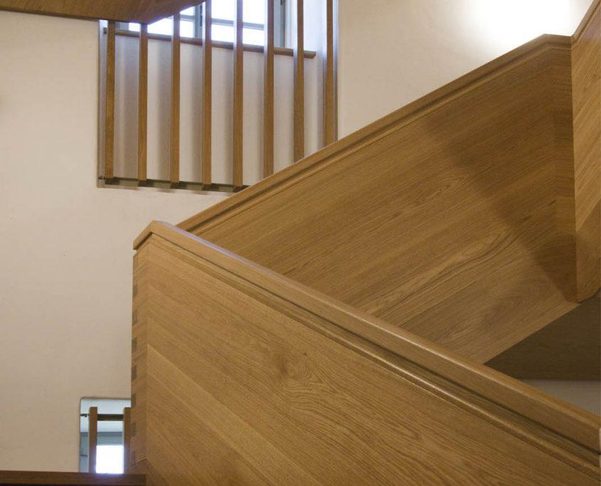 Treppenanlage Massivholz Eiche, Unterseiten verkleidet, Steiggeländer als Wangengeländer, Projekt: Kloster Wechselburg