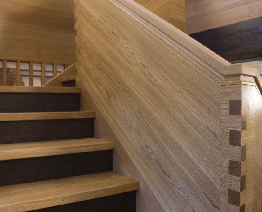 Treppenanlage Massivholz Eiche, Detail Steiggeländer als Wangengeländer Eiche, gefräster Handlauf, Fingerzinkenverbindung, Projekt: Kloster Wechselburg