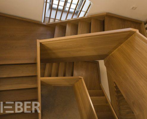 Treppenanlage Massivholz Eiche, mehrläufige Podesttreppen mit Setzstufen, Unterseite verkleidet, Steiggeländer als Wangengeländer, Projekt: Kloster Wechselburg