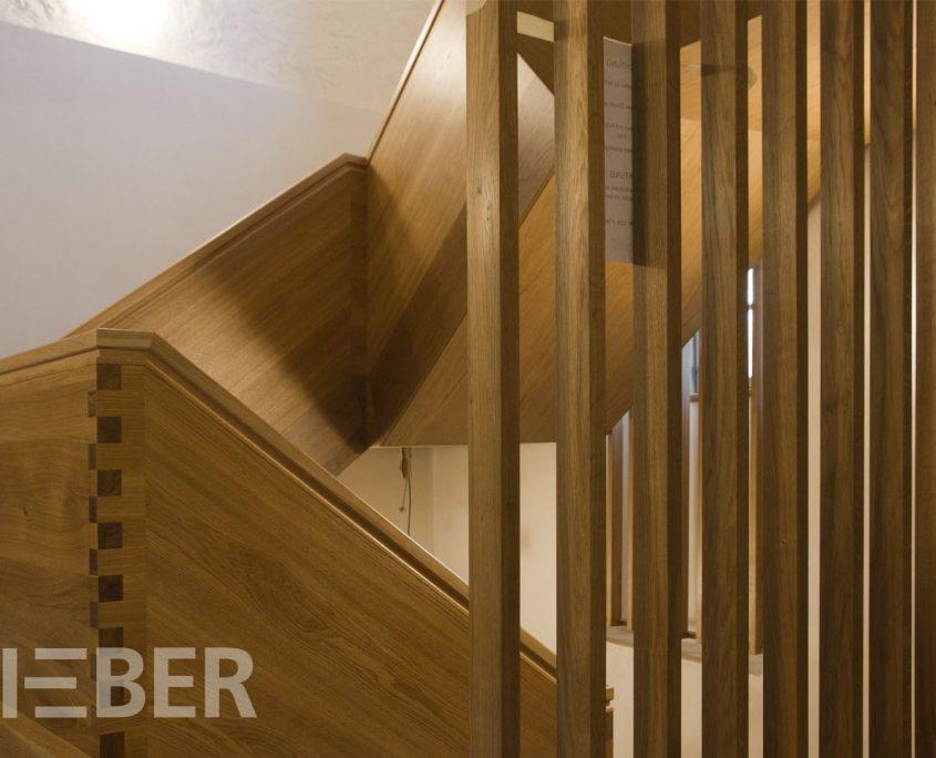 Treppenanlage Massivholz Eiche, Detail Stabgeländer als Absturzsicherung, Projekt: Kloster Wechselburg