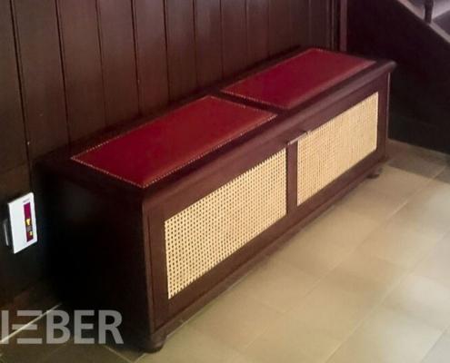Sitzbank / Hocker für Garderobe / Diele, Sitzfläche gepolstert und lederbezogen, Füllung mit Peddigrohrgeflecht