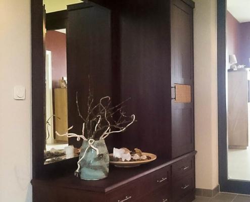 Dielenschrank mit Kommode und Spiegel