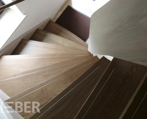 Viertelgewendelte Treppe in Massivholz Eiche mit Setzstufen, aufgesattelt, Oberfläche mit hell und dunkel pigmentiertem Lack