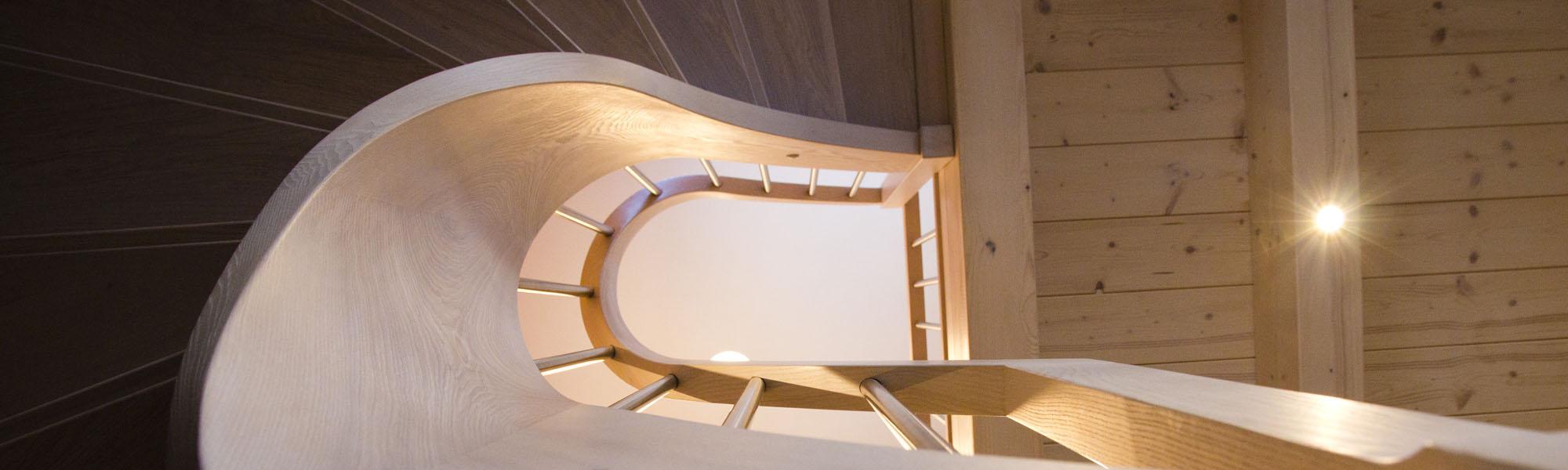 Treppe Massivholz Esche, halbgewendelt mit Setzstufen, Wangen- und Geländerkrümmling, gebeizt mit Ölbeize, Edelstahlgeländer