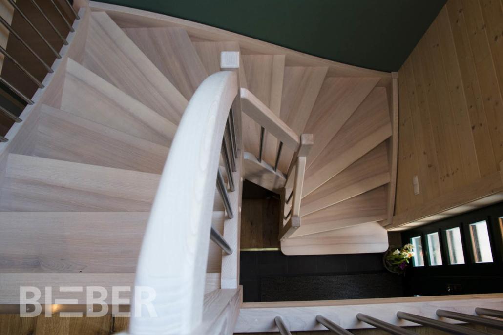Treppe Massivholz Esche, halbgewendelt mit Setzstufen, gebeizt mit Ölbeize, Edelstahlgeländer