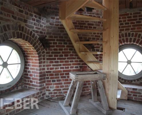 Kirche Altkünkendorf, runde Fenster und Treppe im Kirchturm - Bauphase