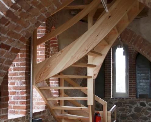 halbgewendelte Treppe Kirchturm Altkünkendorf, Massivholz Lärche geölt