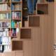 Raumsparende Regaltreppe Schranktreppe Buche mit Schranktüren