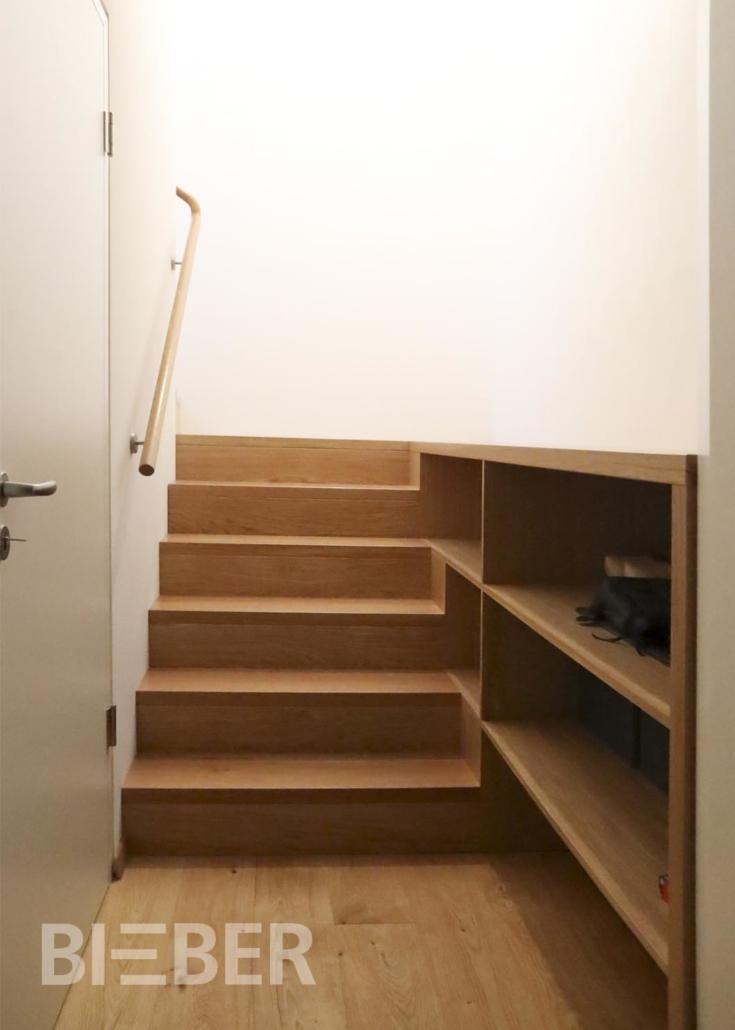 Aufgesattelte Treppe mit Setzstufen Eiche in Faltwerkoptik, mit Einbauregal