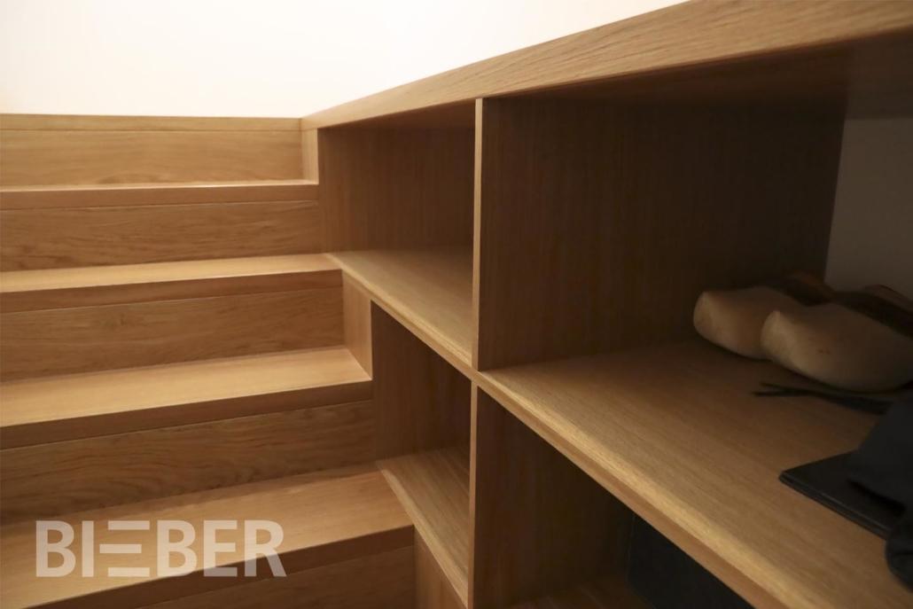 Aufgesattelte Treppe mit Setzstufen Eiche mit Einbauregal