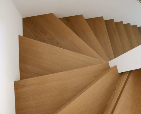 Aufgesattelte Treppe mit Setzstufen Eiche in Faltwerkoptik, halbgewendelt