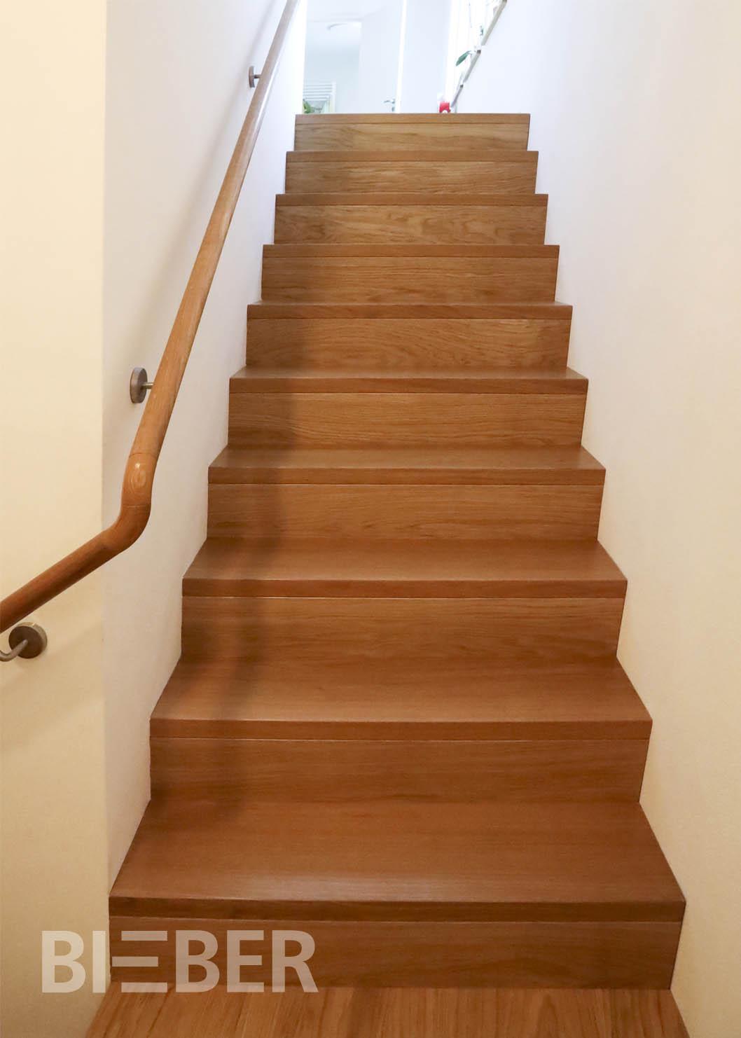 Aufgesattelte Treppe mit Setzstufen Eiche in Faltwerkoptik, zweiläufig gerade