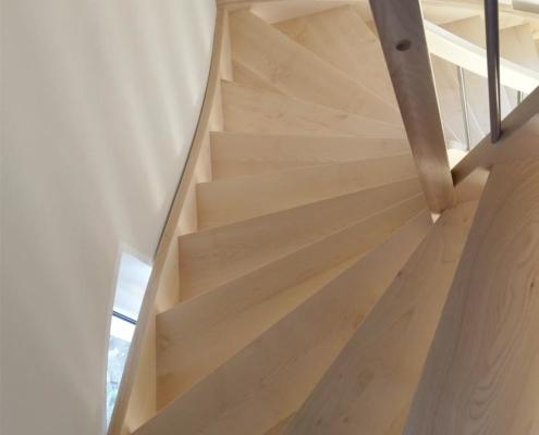 halbgewendelte Treppe Ahorn mit Edelstahlgeländer