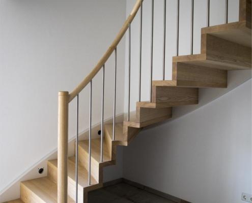 Treppe Esche in Faltwerkoptik mit weißer Wandwange und Edelstahlgeländer