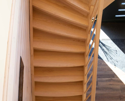 Holztreppe für Blockhaus in Esche mit Bogenstufen