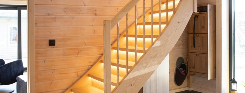 Holztreppe für Blockhaus in Esche mit LED Beleuchtung