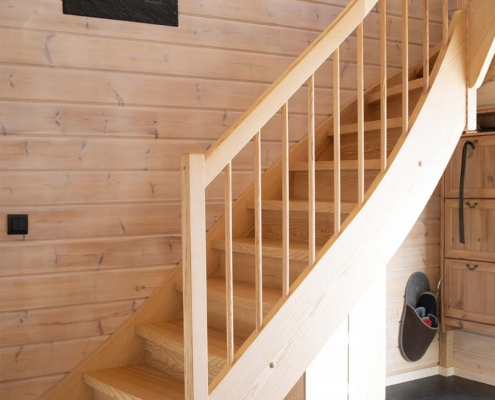 Holztreppe für Blockhaus in Esche viertelgewendelt mit Blockstufe im Antritt