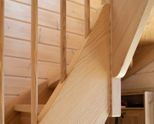 Treppe für Blockhaus in Esche, Detail Übergang Viertelwendlung