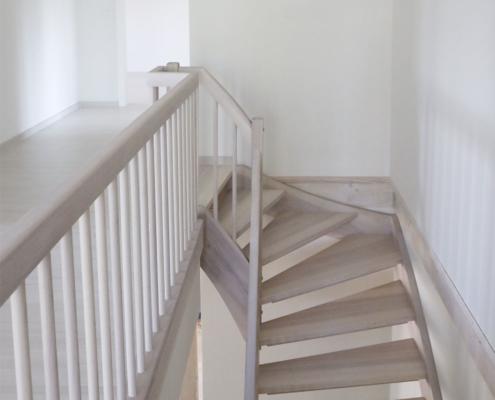 Treppe weiß gebeizt, Esche zweiviertel gewendelt