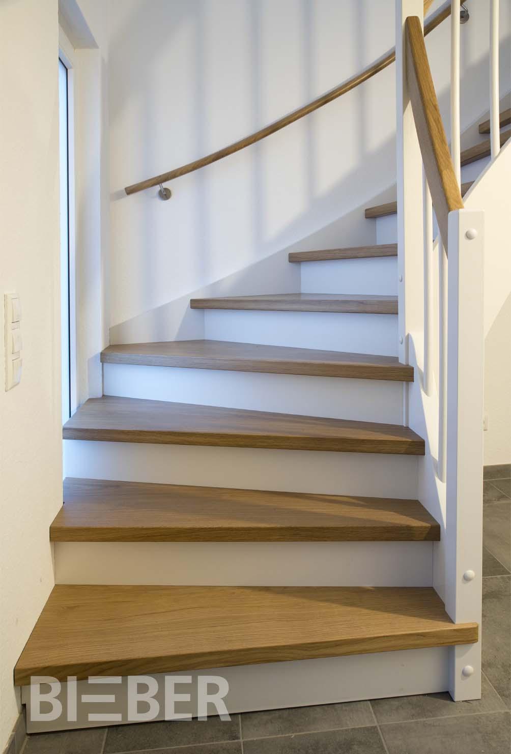 Treppe viertelgewendelt, Eiche geölt, mit weißen Wangen und Setzstufen
