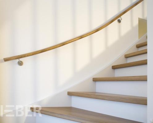 Treppe viertelgewendelt, Eiche geölt, mit weißen Wangen und Setzstufen - gebogener Wandhandlauf