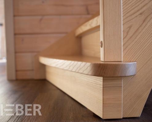 Treppe für Blockhaus in Esche, Detail Blockstufe